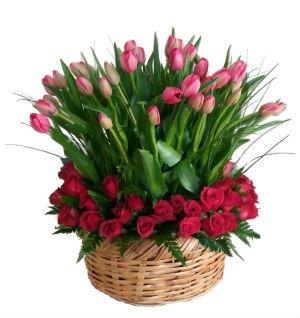 Arreglo Floral con 50 Tulipanes y 48 Rosas en Canasta