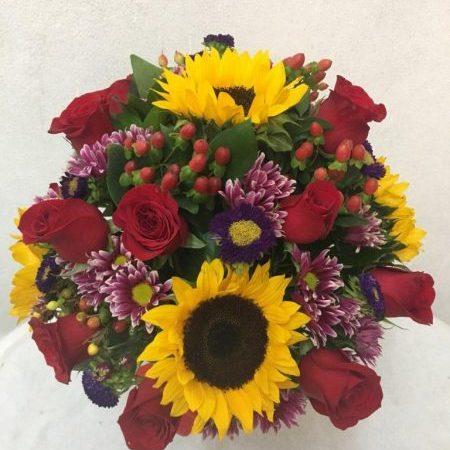 Arreglo floral con Girasoles y Rosas Rojass
