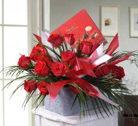 Arreglo Floral con 18 Rosas y Chocolates