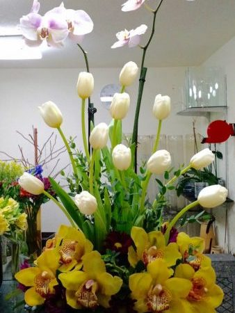 Arreglo Floral con orquídeas y tulipanes