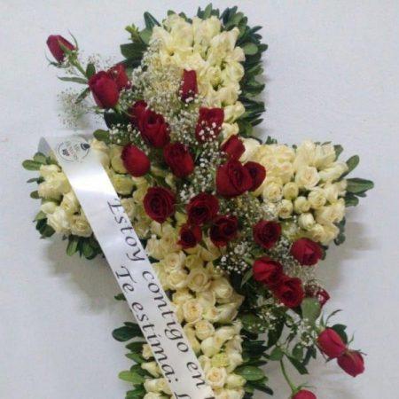 Cruz funebre con rosas