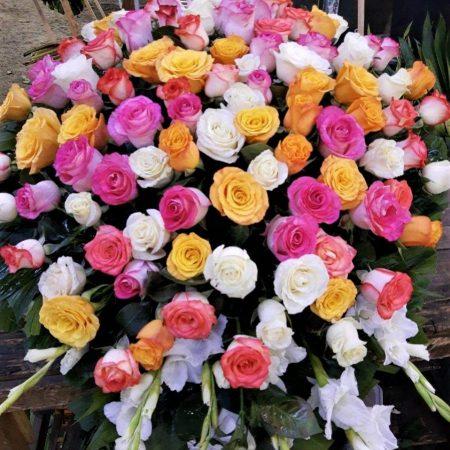 Cubre caja colorido con 100 Rosas